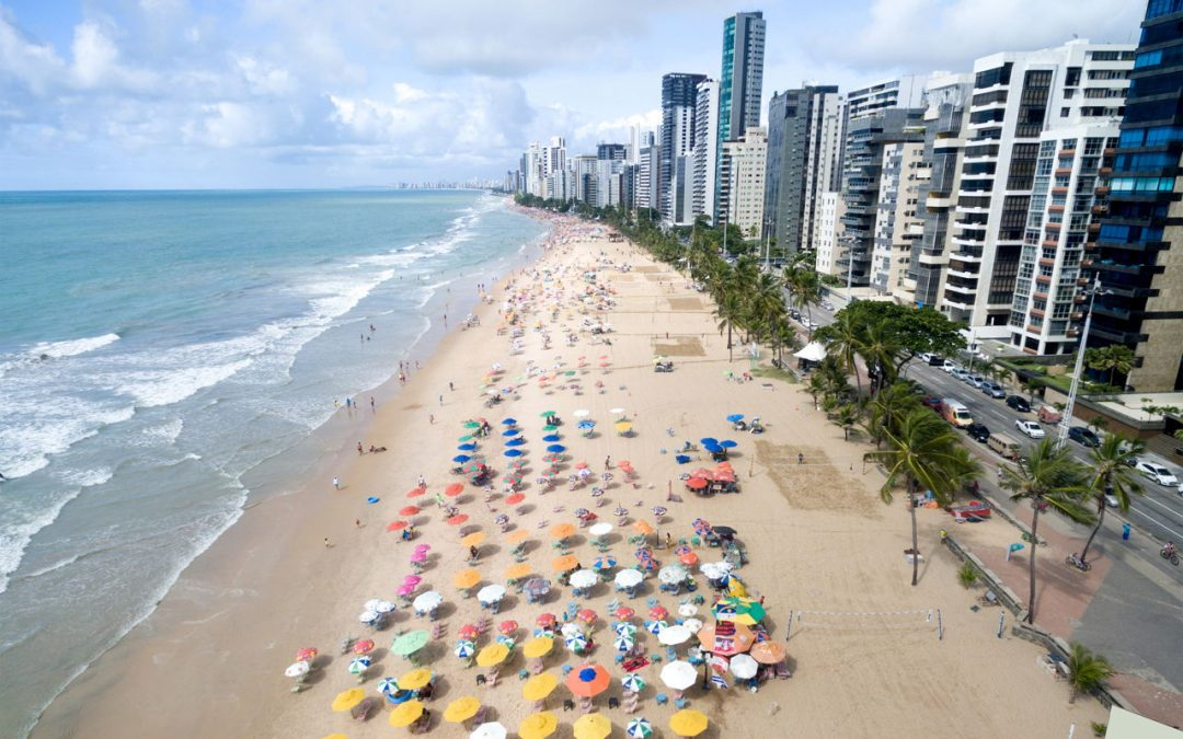 Guarda-sóis de praias recebem painéis solares para alimentação de eletrônicos em Maceió